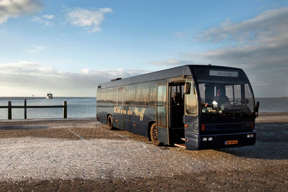 1-welkom-bus-op-steiger-hotel-van-der-werff-copyright-foppe-schut